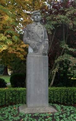 sean-heusotn-statue
